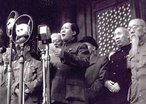 中華人民共和国の建国を宣言する毛沢東